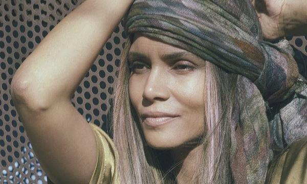Η Halle Berry μόλις αποκάλυψε το μυστικό της για αψεγάδιαστο δέρμα