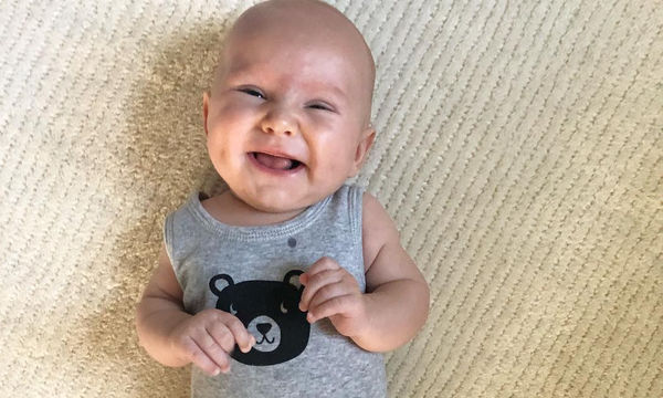 Ο γιος της έκλεισε τις 13 εβδομάδες και τον φωτογραφίζει (pic)