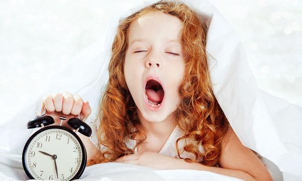 Πώς ξαναβάζουμε σε πρόγραμμα ύπνου τα παιδιά μετά τις διακοπές;