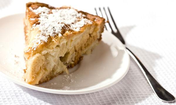 Συνταγή: Λαχταριστό κέικ με μήλο και γιαούρτι (vid)