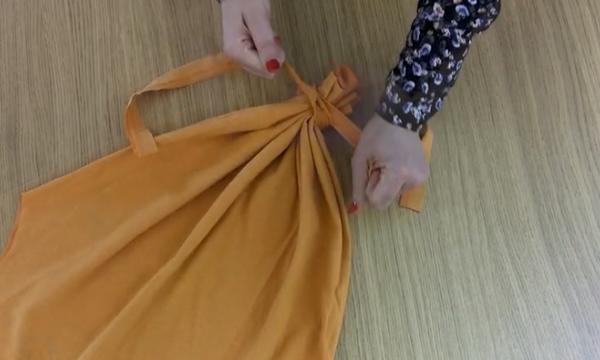 DIY: Μεταμορφώστε μία μπλούζα που δεν χρειάζεστε πια σε μια τσάντα για τα ψώνια σας (vid)