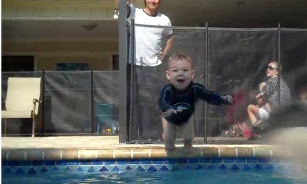 Αυτός ο μικρός κολυμβητής μάλλον προορίζεται για Ολυμπιονίκης! (vid)