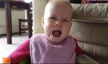 Η αντίδραση αυτού του μωρού όταν δοκιμάζει για πρώτη φορά γιαούρτι θα σας μείνει αξέχαστη (vid)