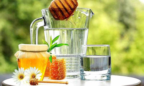 Μέλι με νερό: Εννέα σημαντικά οφέλη για τον οργανισμό (vid)
