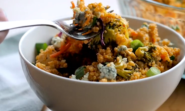 Φτιάξτε μια πεντανόστιμη σαλάτα με κινόα και κοτόπουλο (vid)
