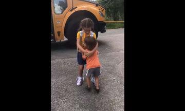Η πιο γλυκιά αγκαλιά: Δείτε με τι ενθουσιασμό περιμένει την αδελφή του να κατέβει από το σχολικό