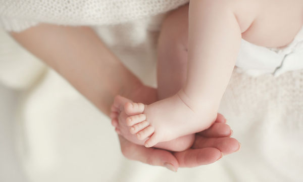 Πώς θα σηκώσεις ένα μωρό από την κούνια του με ασφάλεια (vid)