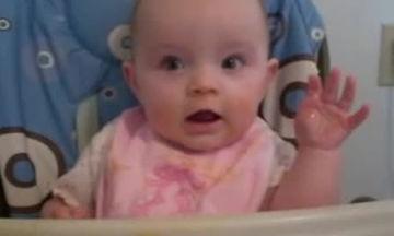 Λιώσαμε! Μωράκι μαθαίνει πώς να χαιρετάει κουνώντας το χεράκι του (vid)