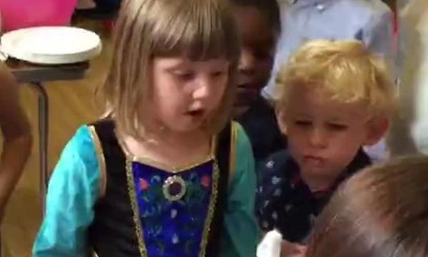 Ετοιμάζεται να σβήσει το κεράκι της τούρτας της αλλά δεν προλαβαίνει - Δείτε γιατί (vid)