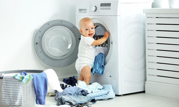Κάνει ή όχι να πλένετε τα ρούχα του μωρού μαζί με τα δικά σας χρησιμοποιώντας κοινά απορρυπαντικά;
