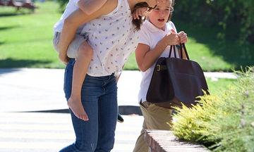 Δεν μπορούσε να περπατήσει και η διάσημη μαμά του τον «φόρτωσε» στην πλάτη της (pics)