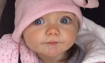 Θα τρελαθείτε με αυτή τη μικρή και τα φιλιά που στέλνει στη μαμά της (vid)