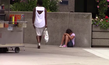 Πείραμα: Πώς αντιδρούν οι περαστικοί σε ένα κοριτσάκι που πεινάει;