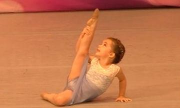 Δίνει ρεσιτάλ: Είναι μόλις 4 ετών και χορεύει σαν επαγγελματίας χορεύτρια (vid)