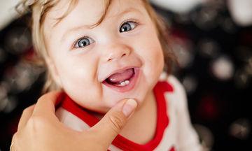 Δόντια μωρού: Πώς θα καταλάβετε ότι το παιδί σας βγάζει δόντια;
