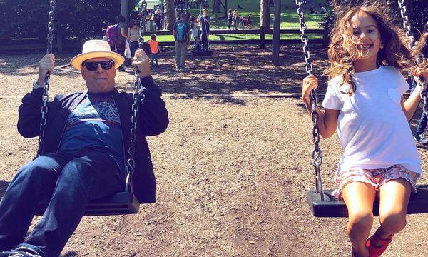 Bruce Willis: 12 φωτογραφίες και ένα βίντεο που δείχνουν πόσο υπέροχος μπαμπάς είναι (pics&vid)