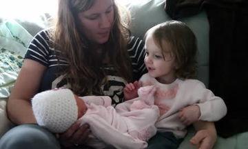 Η μεγάλη συνάντηση: Δείτε τι συμβαίνει όταν βλέπει για πρώτη φορά την νεογέννητη αδελφή της (vid)
