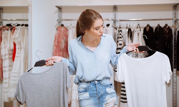 Πώς να μετατρέψετε ένα απλό και βαρετό T-shirt σε ένα μοντέρνο μπλουζάκι (vid)