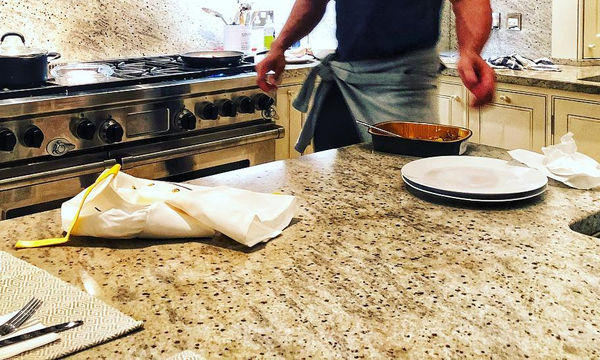 Υπέροχος ο διάσημος ηθοποιός - Παράτησε ό,τι έκανε και πήγε σπίτι να μαγειρέψει για τις κόρες του