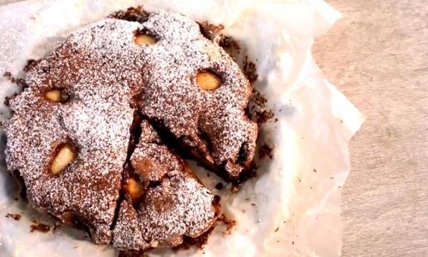 Κέικ αχλάδι με κουβερτούρα και καβουρδισμένα φουντούκια