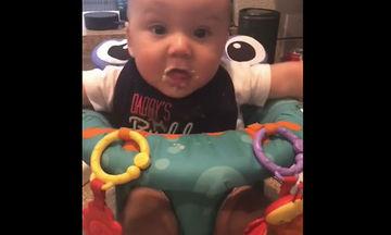 Η χαρά κάθε μαμάς! Δείτε με τι ενθουσιασμό τρώει αυτό το μωρό (vid)