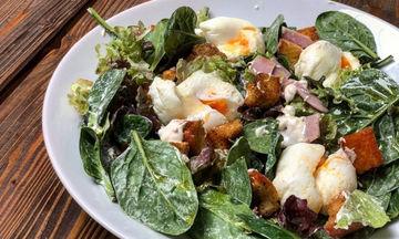 Πράσινη σαλάτα με αυγά ποσέ, έτοιμη μέσα σε 10 λεπτά