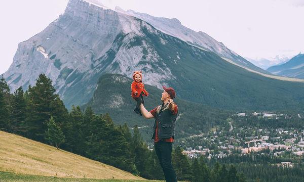 Ένας ενθουσιώδης μπαμπάς που λατρεύει να ταξιδεύει και να φωτογραφίζεται με την οικογένεια του (pic)