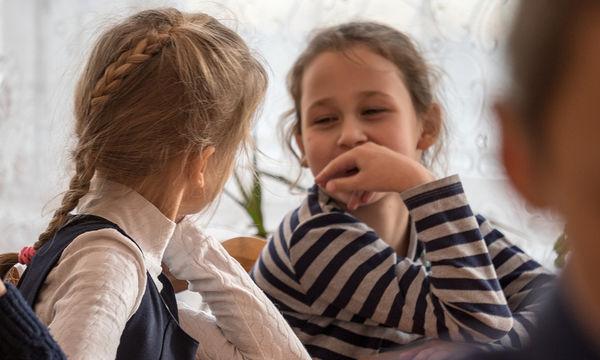 Tο παιδί μου παραπονιέται για τον διπλανό του στο σχολείο- Να μιλήσω στη δασκάλα;