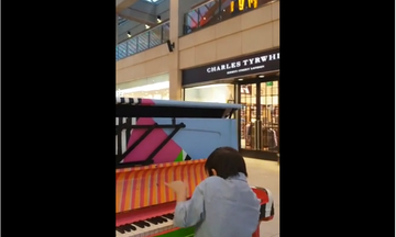 Αυτός ο μικρός έμαθε μόνος του πιάνο και αποφάσισε να κάνει τη δική του performance δημοσίως (vid)