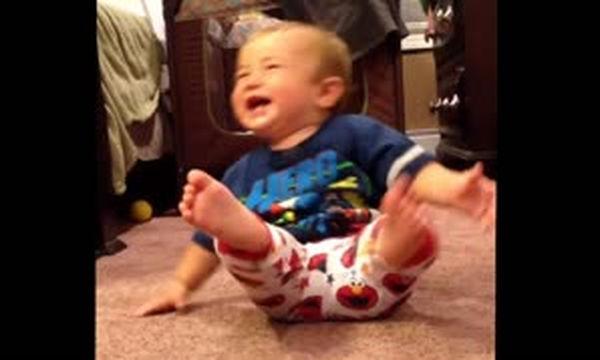 Πολύ γέλιο: Αυτή είναι η πιο θεαματική τούμπα μωρού που έχετε δει (vid)