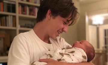 Ο γιος γνωστής ηθοποιού κρατά αγκαλιά την νεογέννητη αδελφή του και λιώνει (pics)