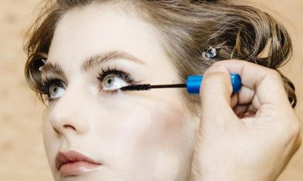 Double mascara: Το μυστικό των makeup artists για τέλειες βλεφαρίδες