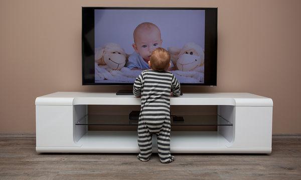 Γιατί δεν πρέπει να τα αφήνετε τα βρέφη να βλέπουν τηλεόραση