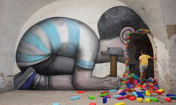 Εμπνέεται από την παιδική αθωότητα και δημιουργεί μοναδικές τοιχογραφίες (pics)