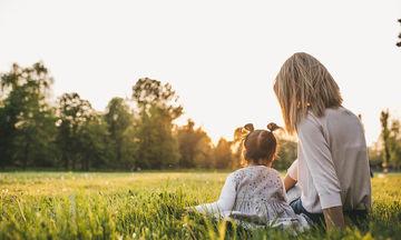 Μια μαμά μας συμβουλεύει πώς να βοηθήσουμε μια οικογένεια που παλεύει με τον παιδικό καρκίνο