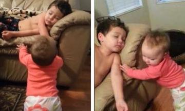 Η μπέμπα καταφέρνει να ξυπνήσει τον αδελφό της που κοιμάται - Δείτε την φοβερή αντίδρασή του (vid)