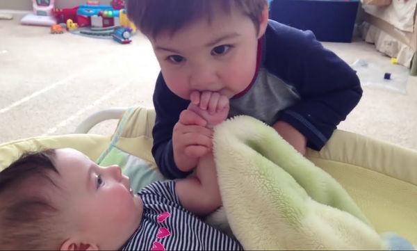 Το πιο τρυφερό βίντεο της ημέρας: Λέει στην αδελφούλα του «σ' αγαπώ» και της δίνει φιλιά (vid)