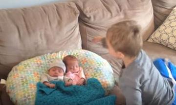 Βλέπει πρώτη φορά τα δύο από τα τρία νεογέννητα αδελφάκια του και η χαρά του είναι απερίγραπτη (vid)