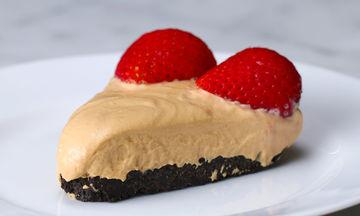 Cheesecake με καραμελωμένο γάλα και φράουλες χωρίς ψήσιμο (vid)