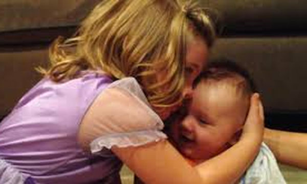 Δεν θέλει να μεγαλώσει αδελφός της - Ο λόγος είναι απλά απίστευτος (vid)