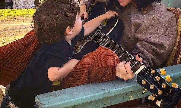 Υπέροχη, απλή και χωρίς μακιγιάζ η Ελληνίδα τραγουδίστρια ποζάρει με τον γιο της (pic)