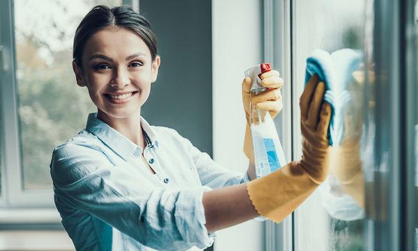 Έξυπνες συμβουλές για να καθαρίσετε εύκολα και γρήγορα τα τζάμια (vid)