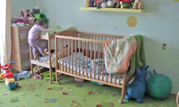 O μπαμπάς είναι ήσυχος ότι το παιδί του κοιμάται όμως η μικρή έχει άλλα σχέδια (vid)