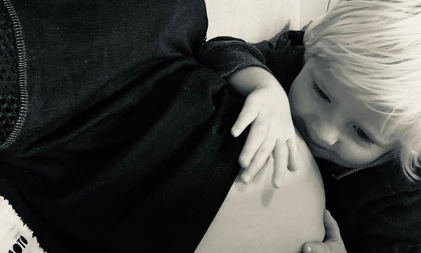 Η τρυφερή φωτογραφία στη 16η εβδομάδα της εγκυμοσύνης της παρέα με τον μικρότερο γιο της