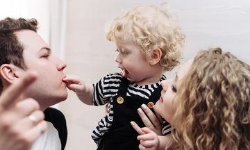Μωράκια ζηλεύουν τη στιγμή που η μαμά φιλάει τον μπαμπά (vid)