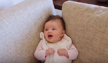 Φοβερή η μικρή! Είναι 9 εβδομάδων και προσπαθεί να μιλήσει στον μπαμπά της (vid)
