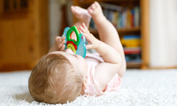 Ο έλεγχος των χεριών σε βρέφη 7-9 μηνών