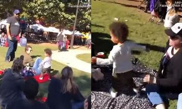 Οι γονείς του, του είπαν ότι θα φύγουν από το πάρκο - Δείτε τι έκανε ο μικρός κι έγινε viral (vid)