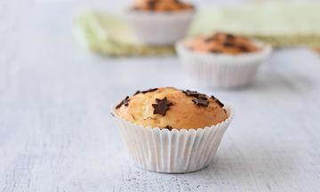 Πώς θα φτιάξεις τα πιο εύκολα και νόστιμα muffins με μπανάνα με τα υλικά που ήδη έχεις (vid)