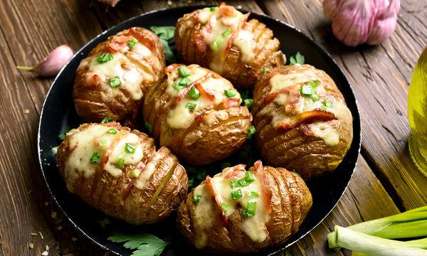 Ψητές πατάτες στο φούρνο, γεμιστές με τυριά (vid)